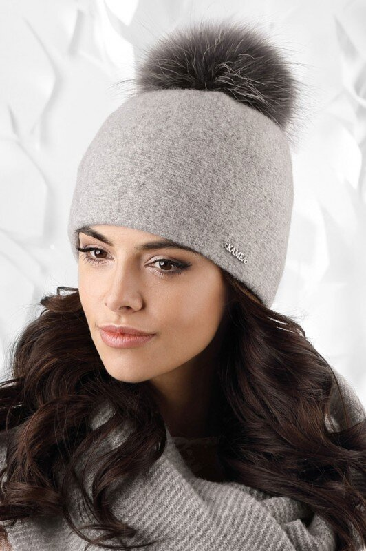 313acec9f Šedá dámska zimná čiapka s kožušinovým brmbolcom Kamea Mediolan