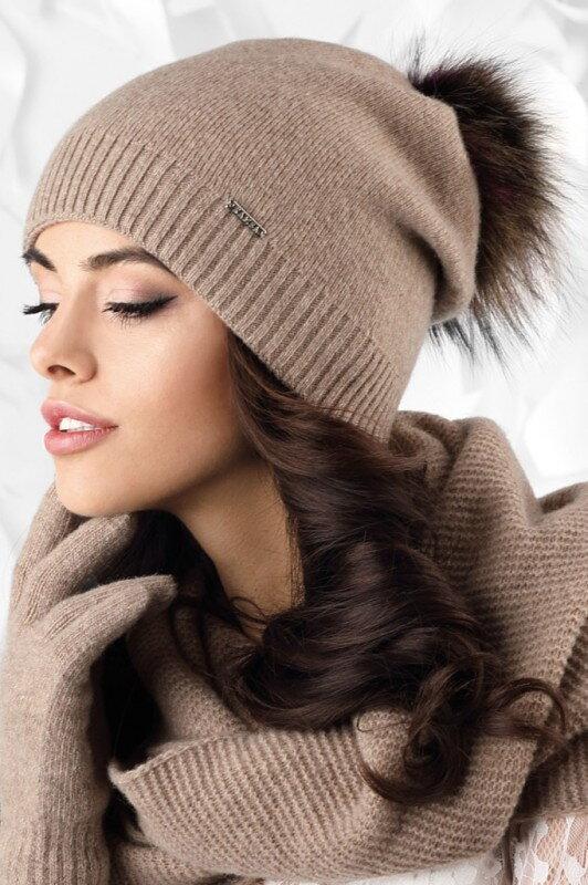 47e41573a Tmavobéžová dámska čiapka na zimu s kožušinovým brmbolcom Kamea Vercelli