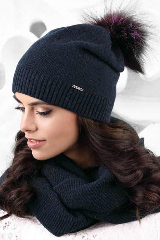 97b6f4022 Tmavomodrá dámska čiapka na zimu s kožušinovým brmbolcom Kamea Vercelli
