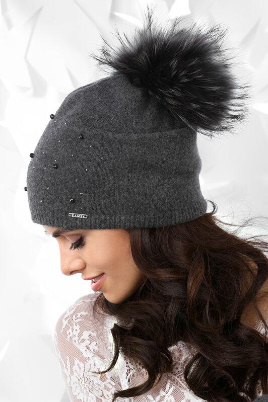 c634d9b96 Šedá dámska čiapka Kamea Artemisa Grafitová tmavošedá dámska čiapka na zimu  s kožušinovým brmbolcom Kamea Artemisa