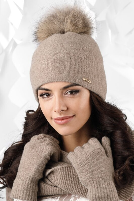 989edd575 Tmavá béžová dámska zimná čiapka s kožušinovým brmbolcom Kamea Mediolan